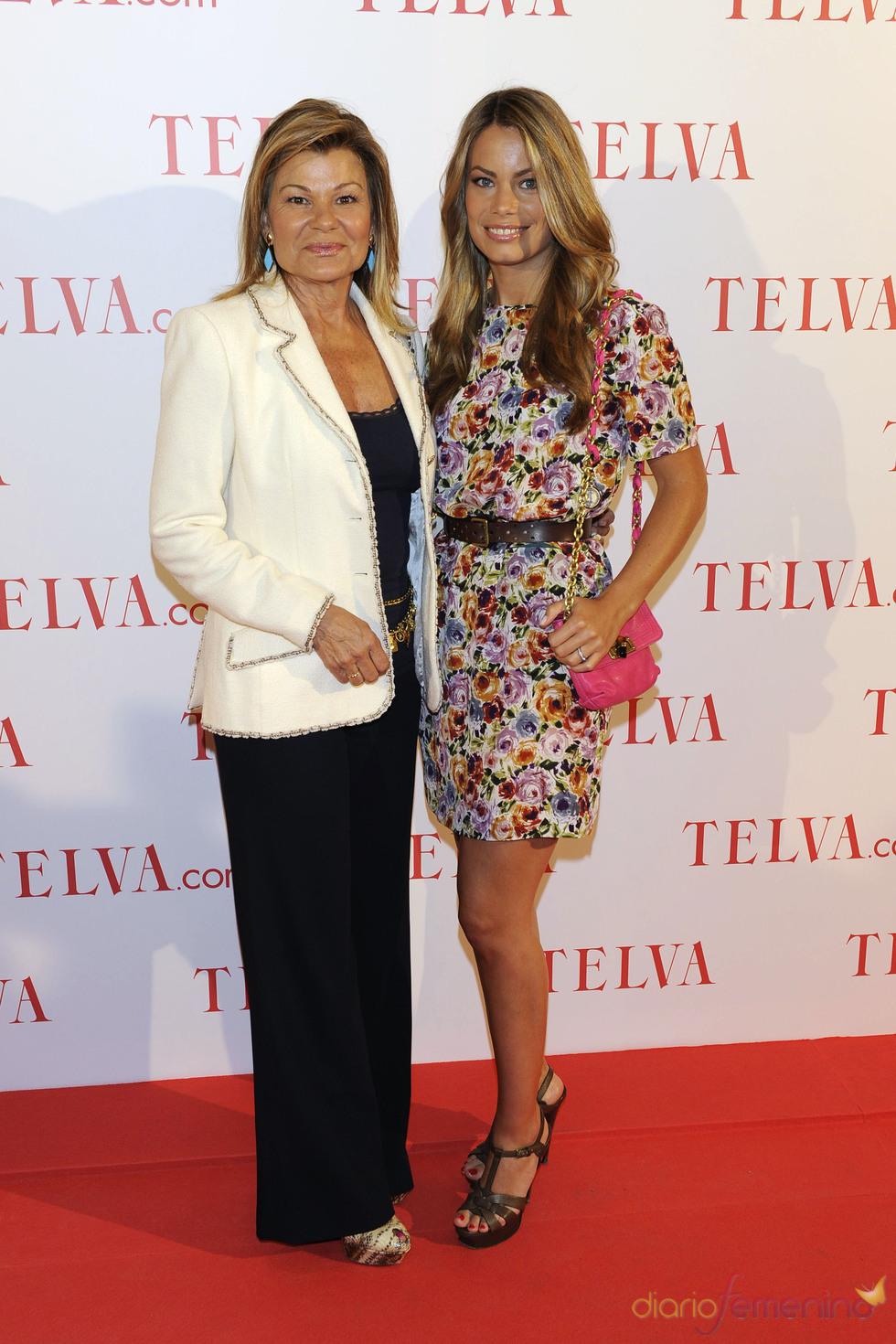Cari Lapique y Carla Goyanes durante los premios Telva Solidaridad 2011