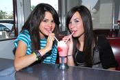 Selena Gómez y Demi Lovato grandes amigas de la infancia