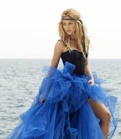 Shakira con tul azul en la playa para promocionar 'Sale el sol'