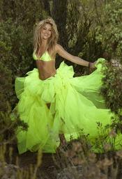 Shakira posa de verde fosforito para promocionar 'Sale el sol'