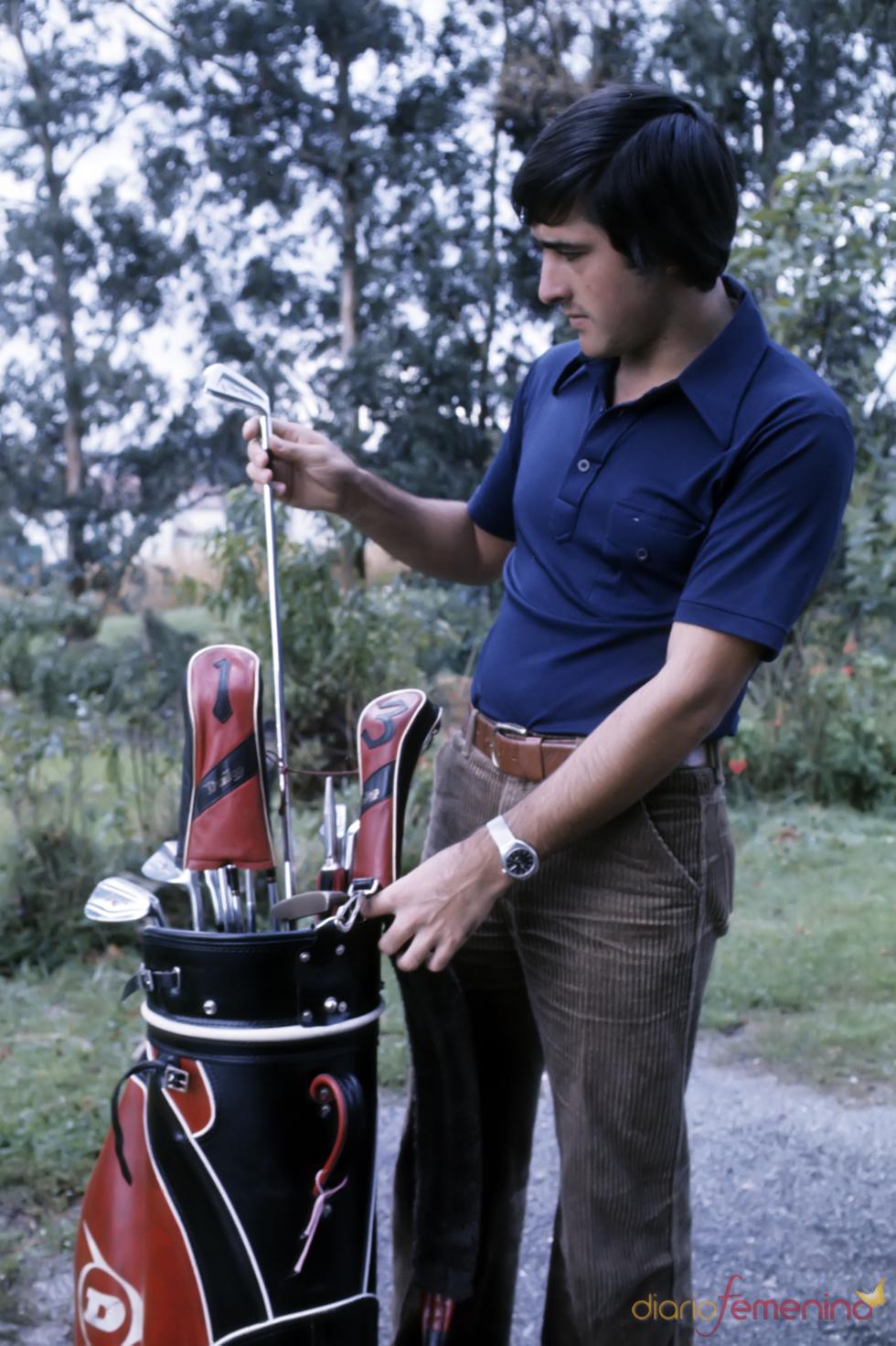 El golfista Severiano Ballesteros con sus palos en la década de los 70