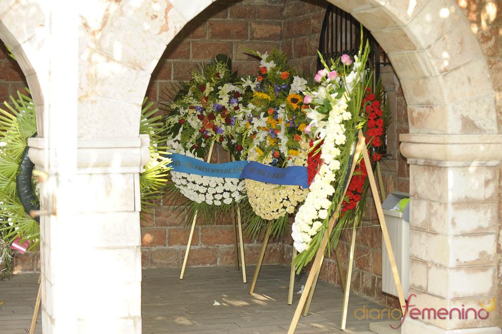 Coronas de flores enviadas por vecinos de Pedreña a la familia de Severiano Ballesteros
