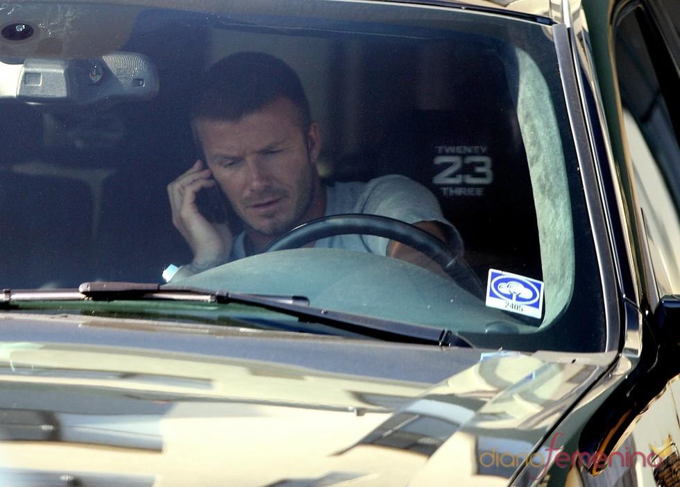 Davd Beckham habla por el móvil desde su Cadillac