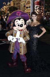 Penélope Cruz y Mickey Mouse en la promoción de 'Piratas del Caribe 4' en Disneyland