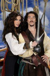Pilar Rubio y Óscar Jaenada en una imagen promocional de 'Piratas'