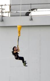 Katy Perry practicando puenting