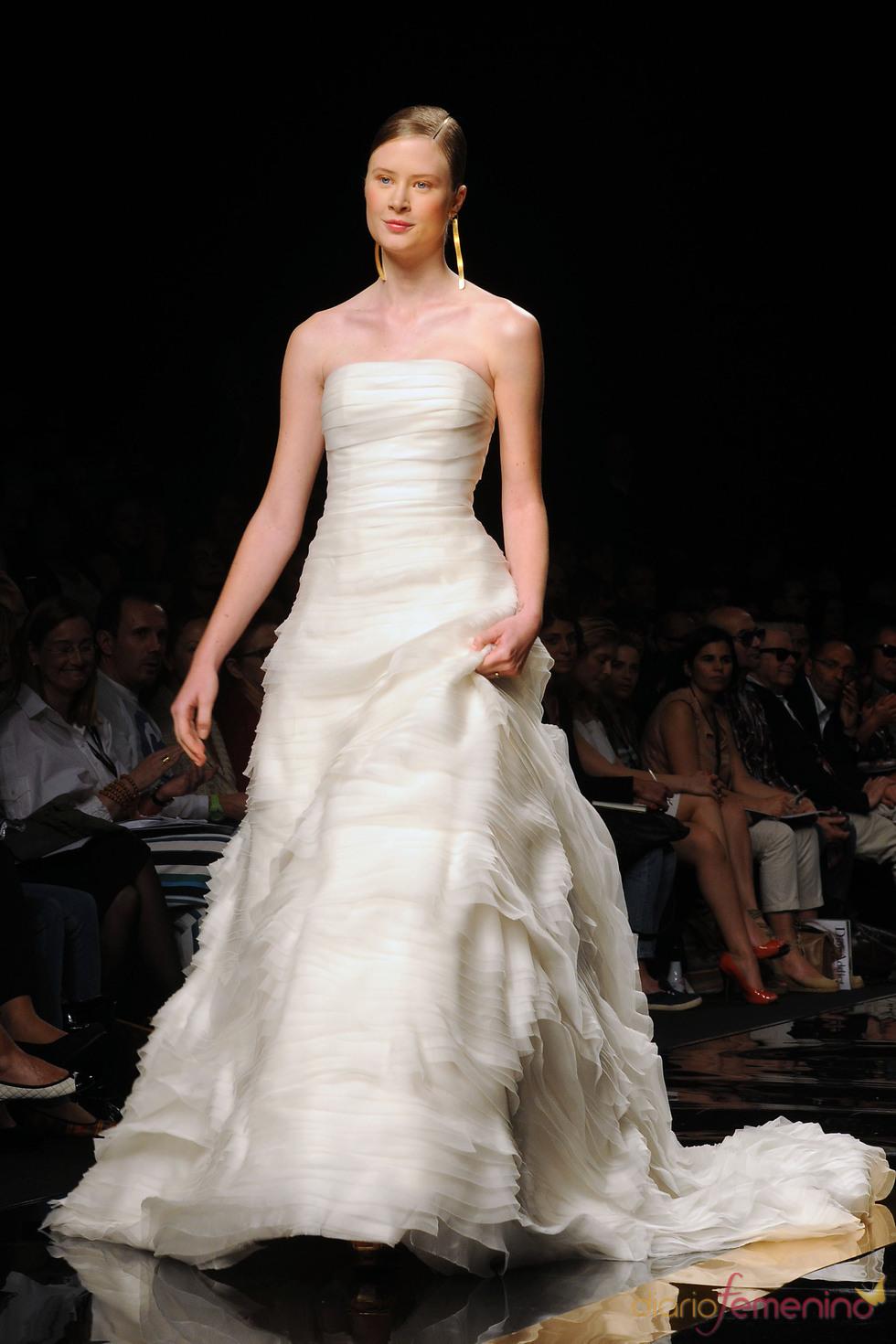 Katerina Strygina desfilando para Rosa Clará en la Barcelona Bridal Week 2011