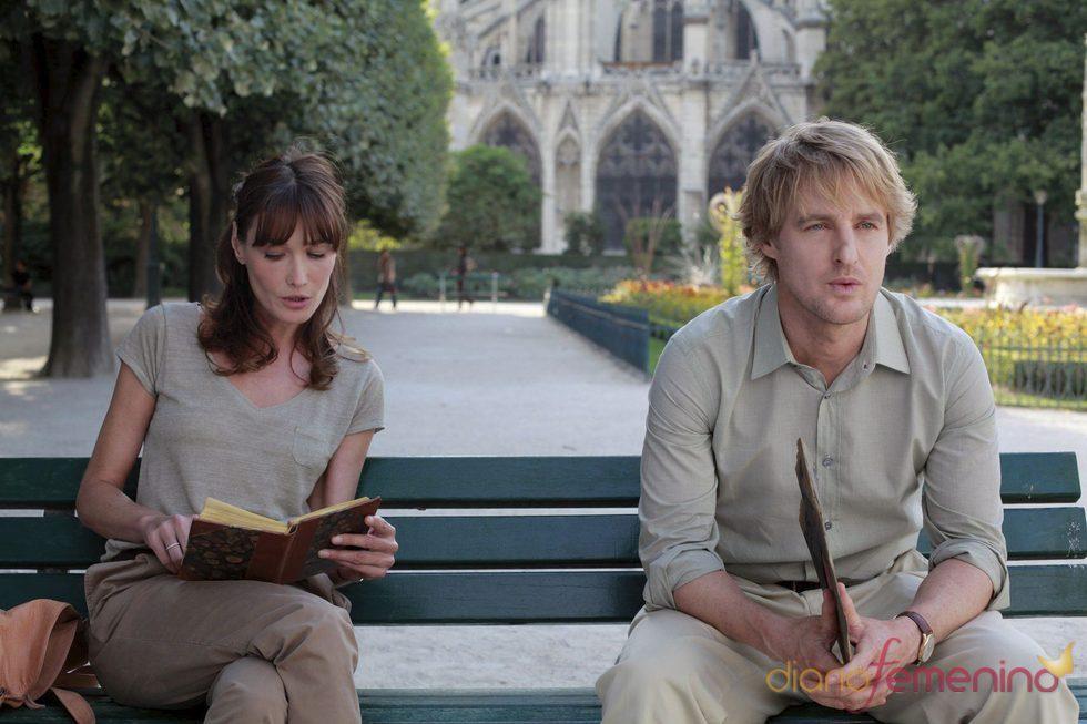 Owen Wilson y Carla Bruni en 'Medianoche en París'