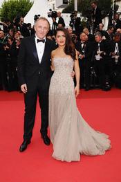 Salma Hayek y su marido Francois-Henri Pinaultas en la apertura de Cannes 2011