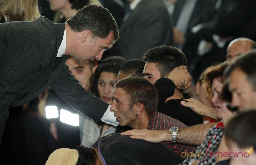 El Príncipe Felipe, en Lorca, con los familiares de las víctimas del terremoto