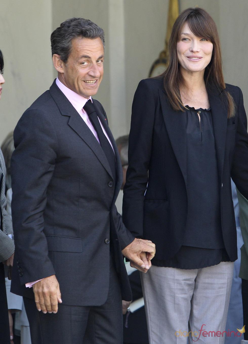 Carla Bruni y Nicolás Sarkozy muy felices en un acto oficial