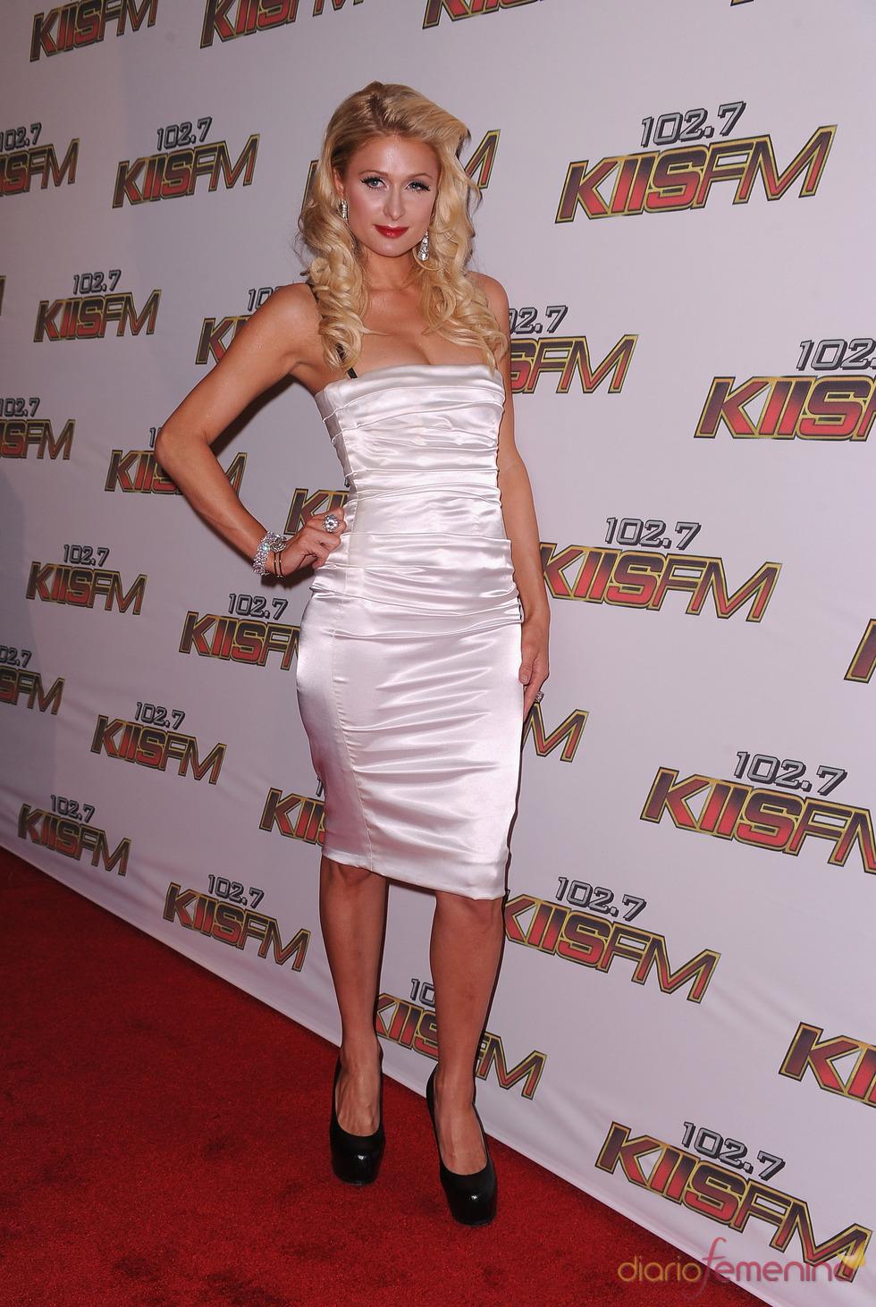 Paris Hilton posa a su llegada al concierto KIIS FM's 2011 Wango Tango