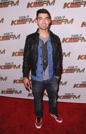 Joe Jonas posa a su llegada al concierto KIIS FM's 2011 Wango Tango