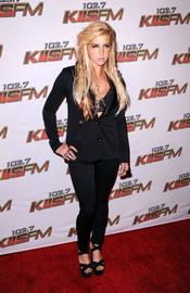 Ke$ha posa a su llegada al concierto KIIS FM's 2011 Wango Tango