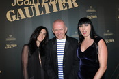 Paz Vega y Rossy de Palma con el diseñador Jean Paul Gaultier