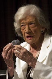 Ana María Matute durante una charla en Nueva York