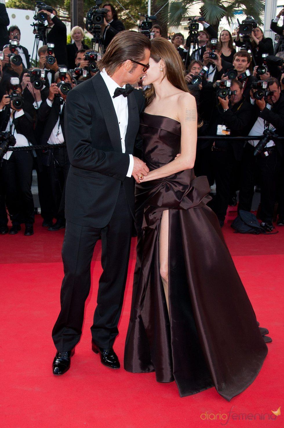 Brad Pitt muy cariñoso con Angelina Jolie en el estreno de 'El árbol de la vida' en Cannes