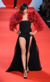 Rosario Dawson en la pasarela solidaria de Cannes