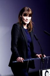 Carla Bruni sigue con su agenda sin hacer caso a los rumores de embarazo