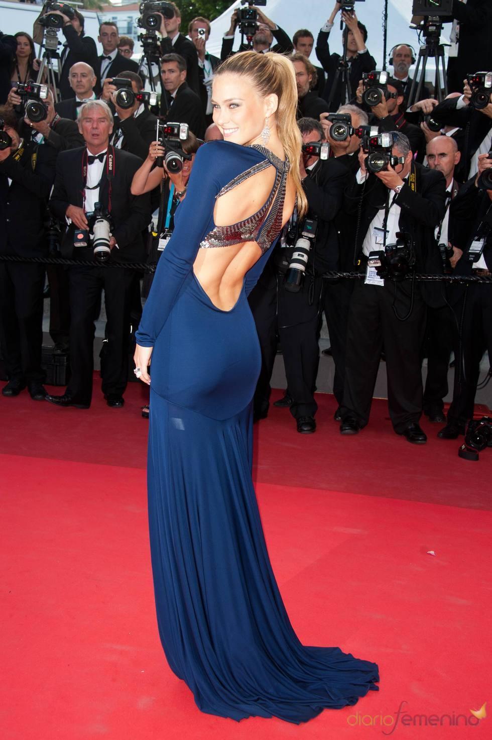 Bar Refaeli posa en la alfombra roja del Festival de Cannes 2011