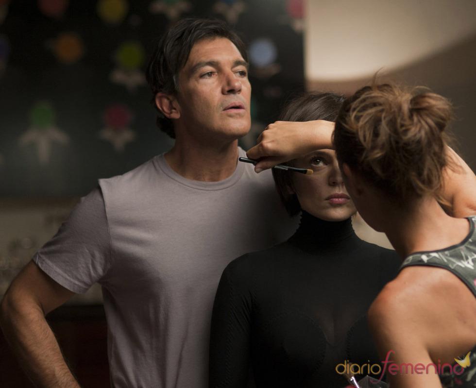 Mientras maquillan a Elena Anaya durante el rodaje de 'La piel que habito'