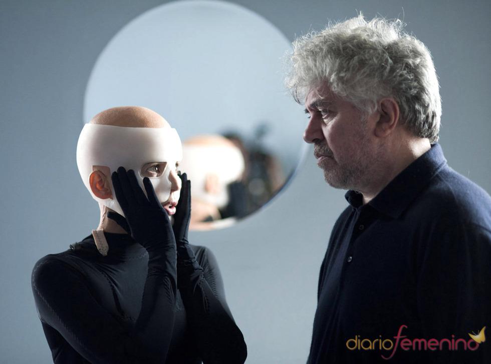 Pedro Almodóvar guía a Elena Anaya durante el rodaje de 'La piel que habito'