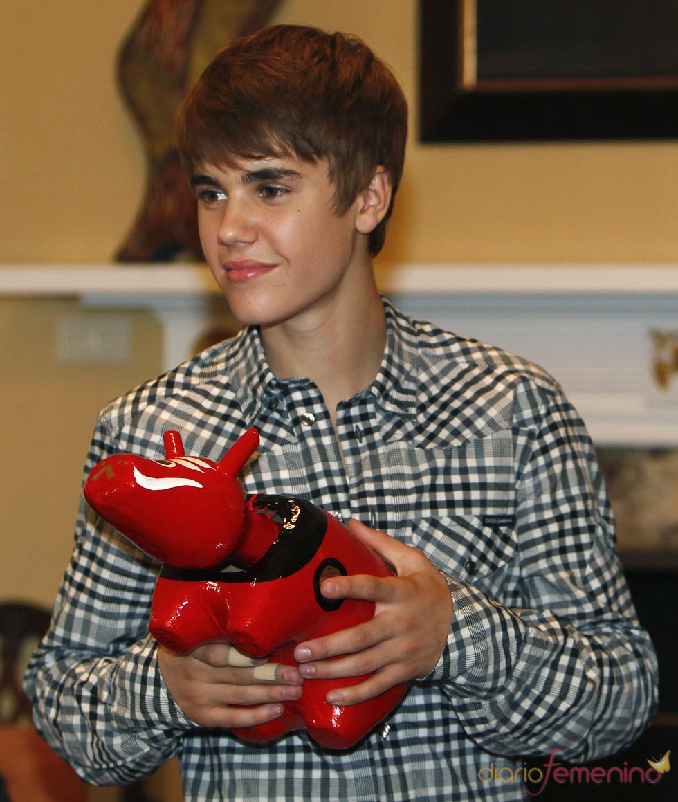 Justin Bieber con un juguete típico japonés