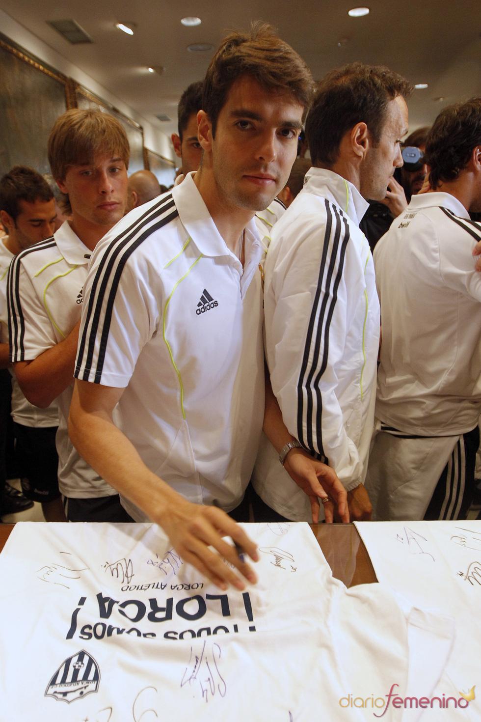 Kaká firma camisetas en Lorca