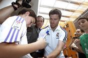 Xabi Alonso firma camisetas en Lorca