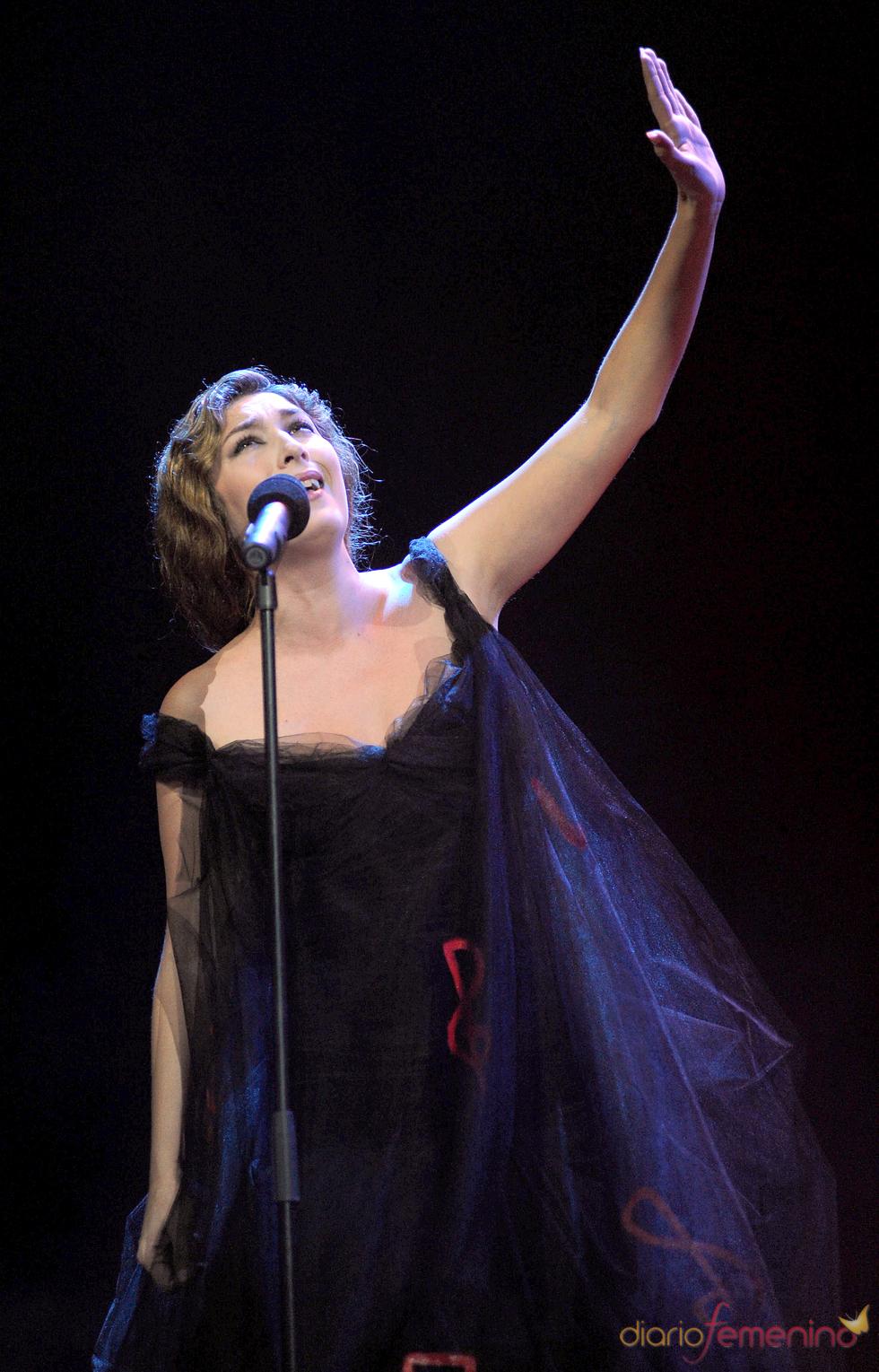 Estrella Morente canta durante la gala de los Premios de la Música 2011