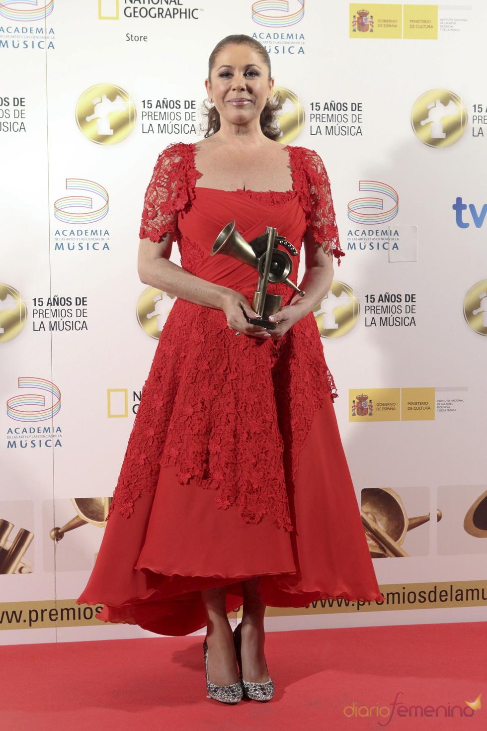 Isabel Pantoja posa orgullosa con su Premio de la Música 2011