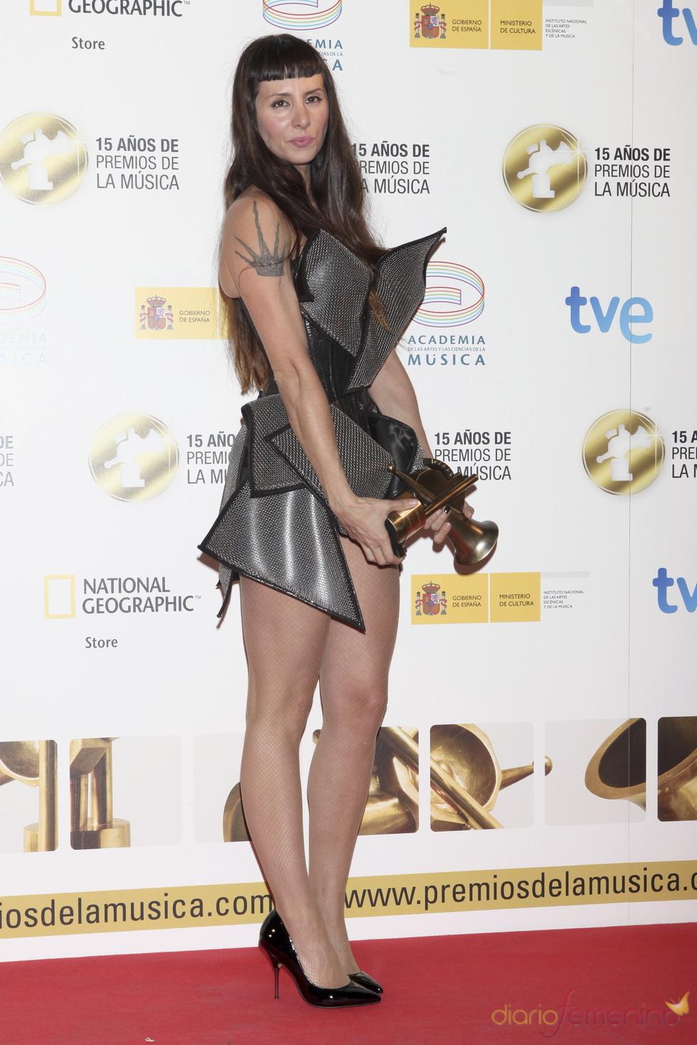 La Mala Rodríguez posa orgullosa con su Premio de la Música 2011
