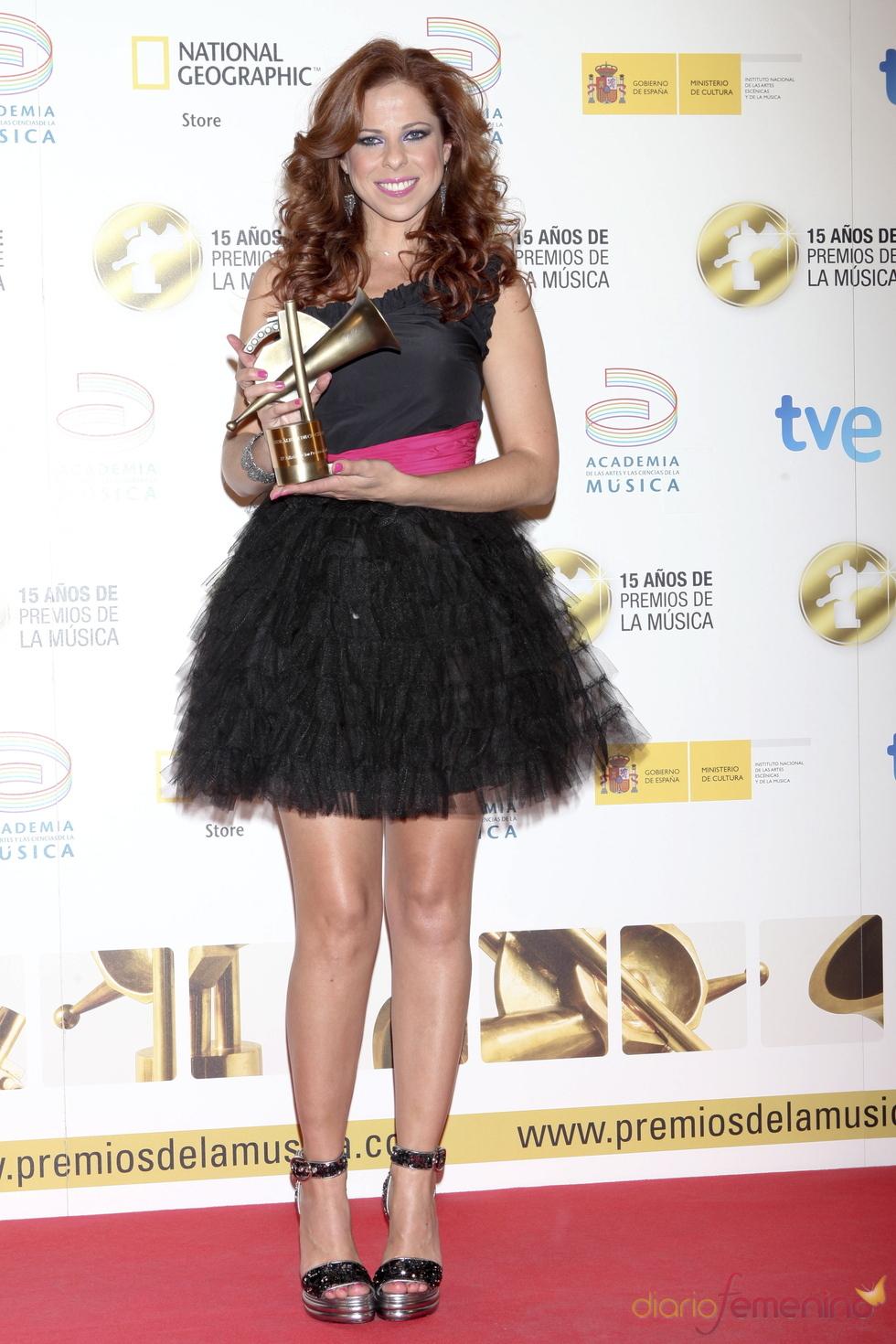 Pastora Soler posa orgullosa con su Premio de la Música 2011