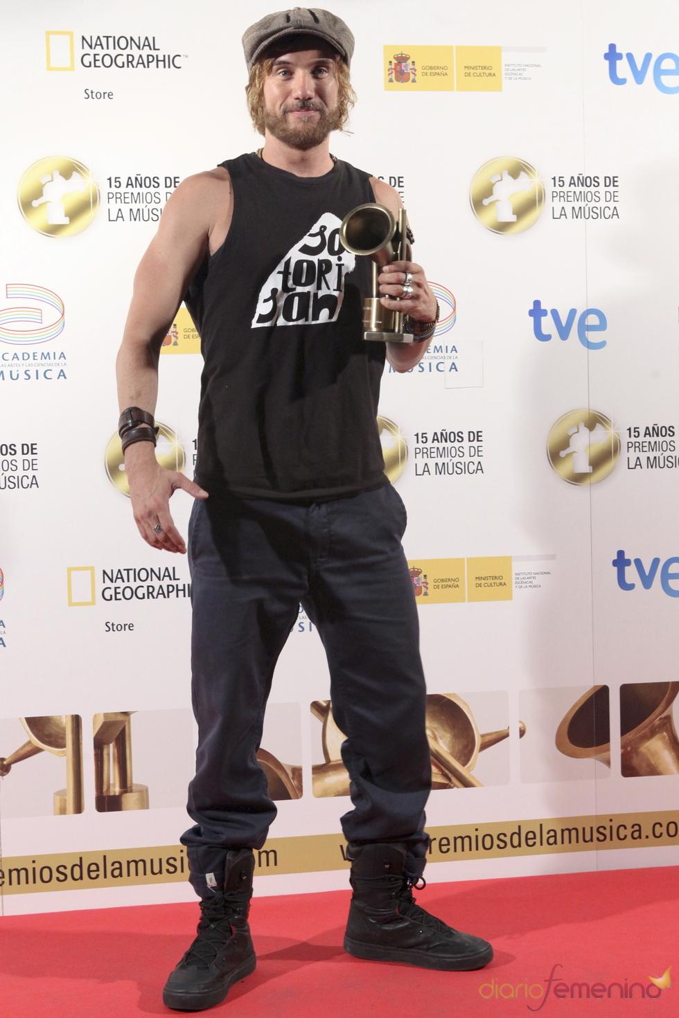 Macaco posa orgulloso con su Premio de la Música 2011