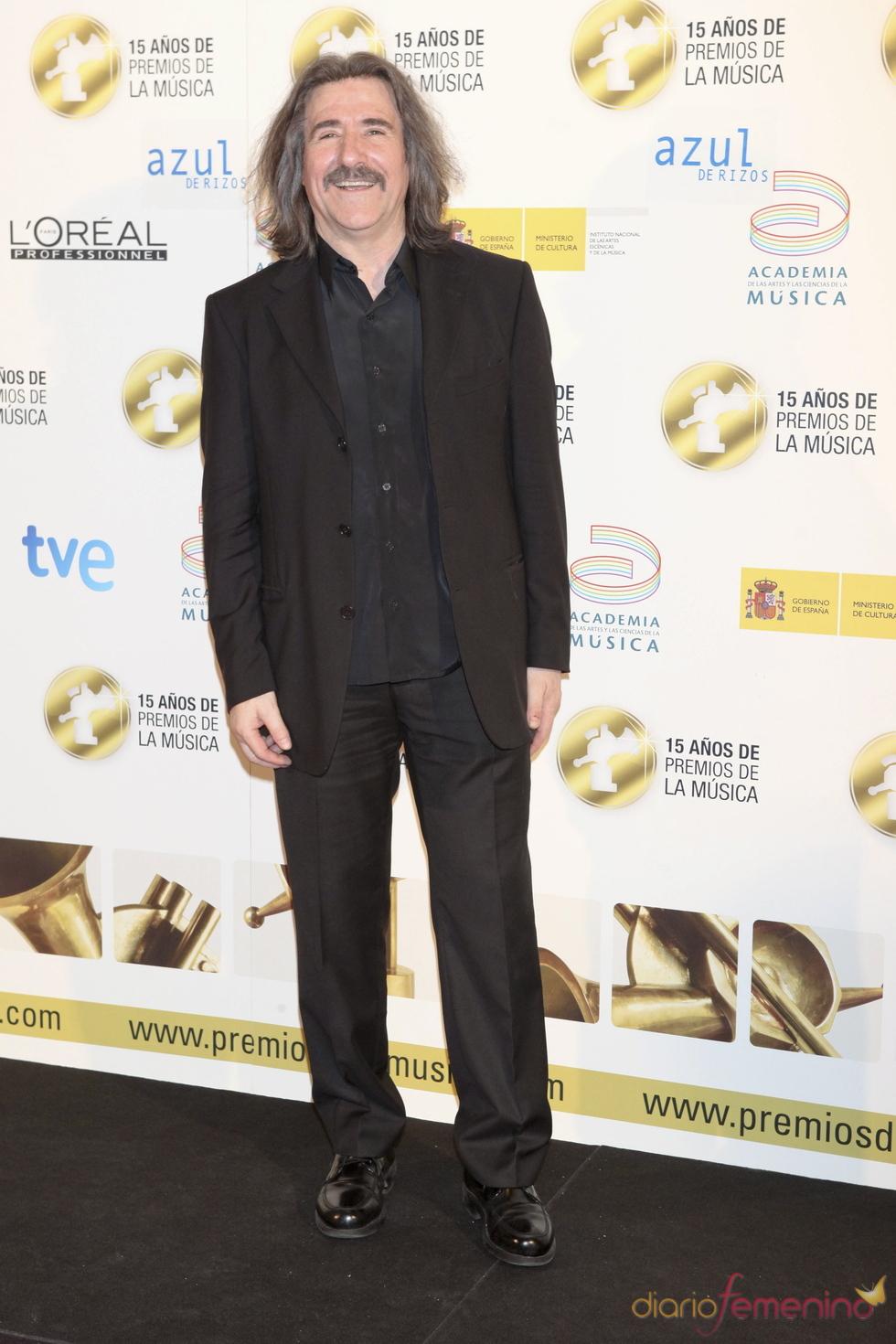 Luis Cobos posa a su llegada a los Premios de la Música 2011