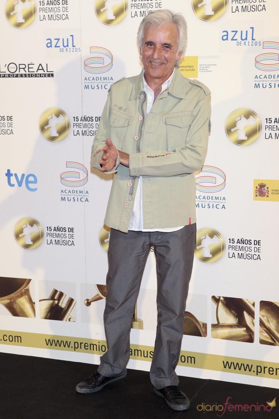 Kiko Veneno posa a su llegada a los Premios de la Música 2011