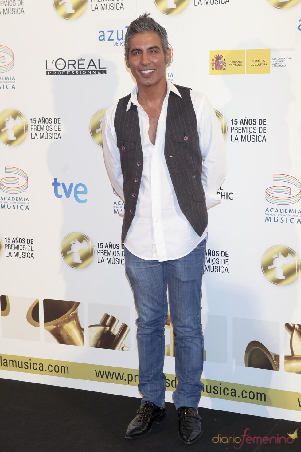Pitingo posa a su llegada a los Premios de la Música 2011