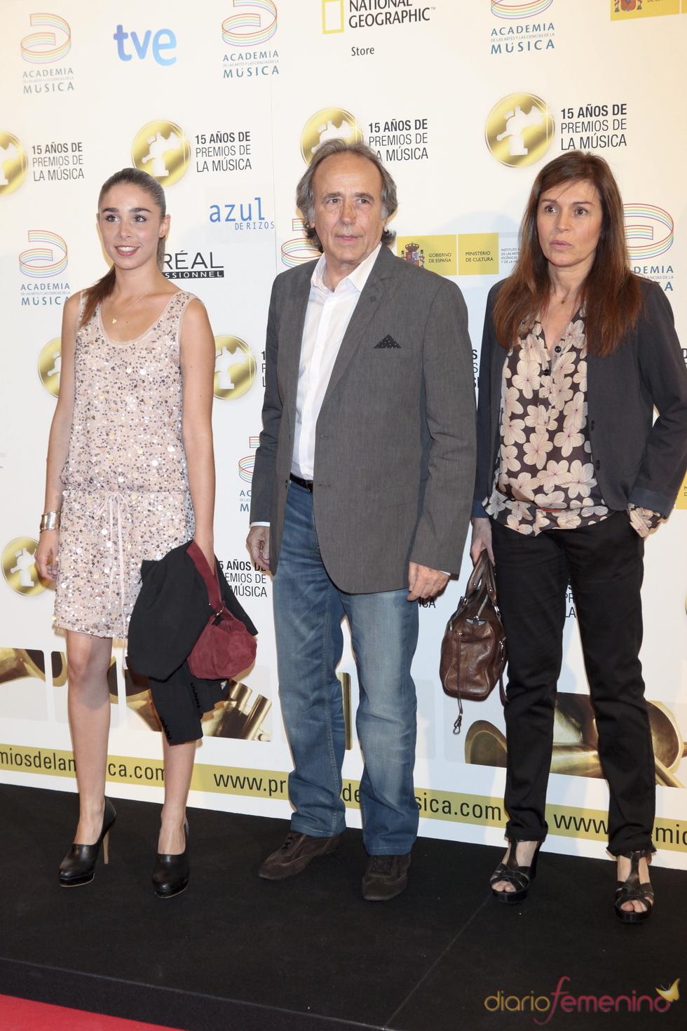 Joan Manuel Serrat posa a su llegada a los Premios de la Música 2011
