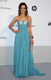 Alessandra Ambrosio en la gala benéfica contra el sida de Cannes 2011