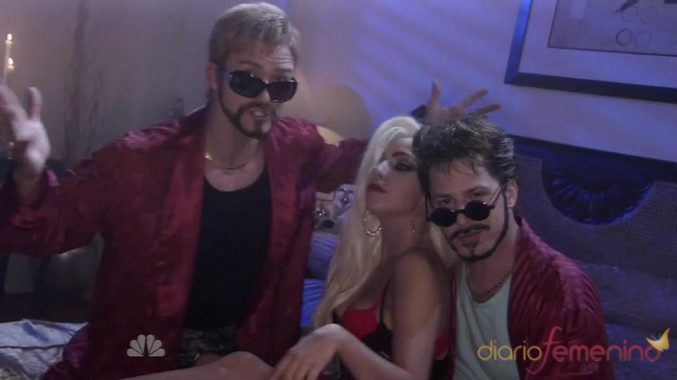 Justin Timberlake y Lady Gaga en una cama, sketch de SNL