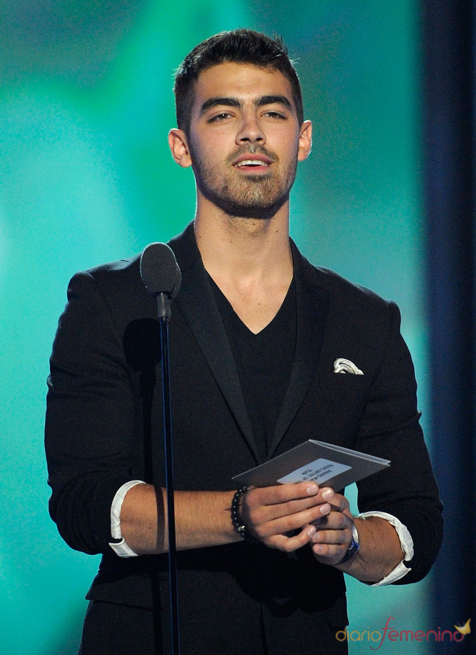 Joe Jonas presenta un premio en los Billboard Music Awards 2011