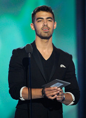 Joe Jonas presenta un premio en los Billboard Music Awards 2011