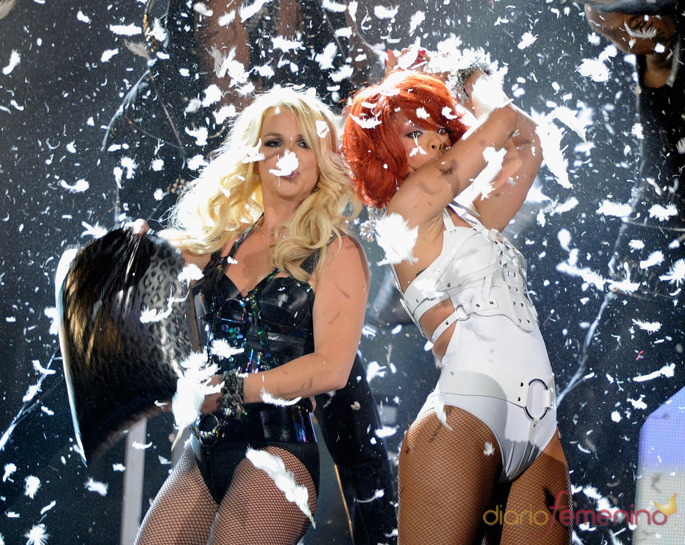 Britney Spears y Rihanna durante su actuación en los Billboard Music Awards 2011