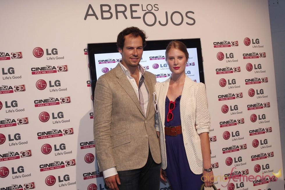 Olfo Bosé y su mujer Ekaterina en un acto de presentación de televisores