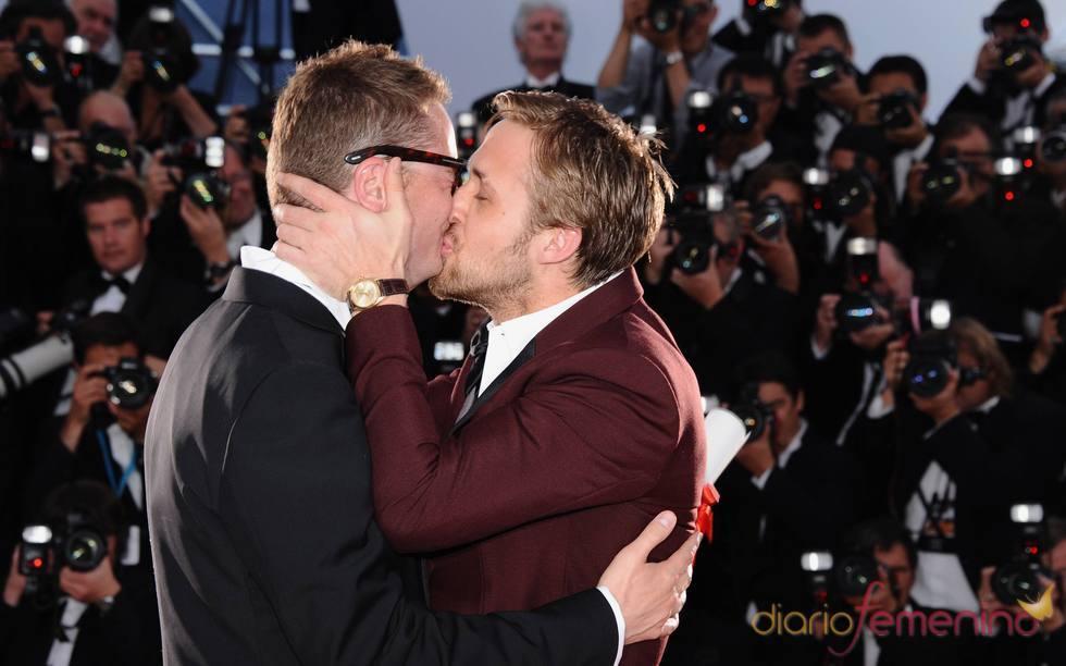 El actor Ryan Gosling besa a Nicolas Winding en la ceremonia de Clausura de Cannes 2011