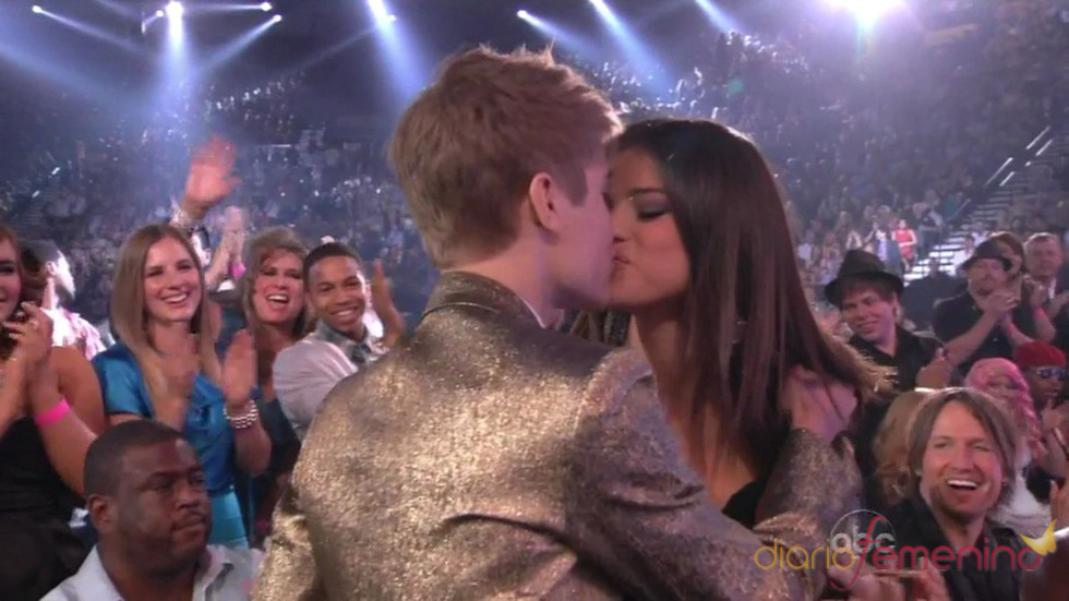 Beso de Justin Bieber y Selena Gomez en los Billboard 2011