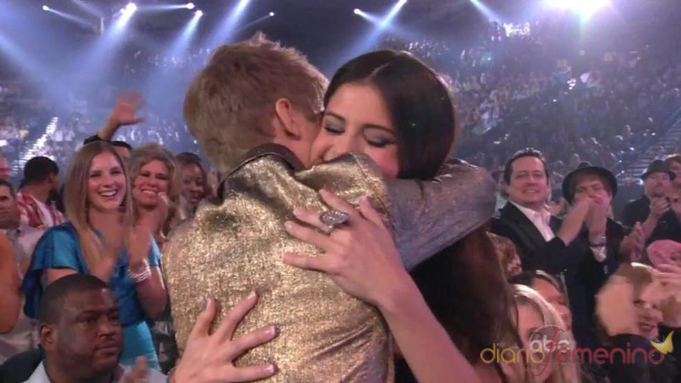 Abrazo de Justin Bieber y Selena Gomez en los Billboard 2011