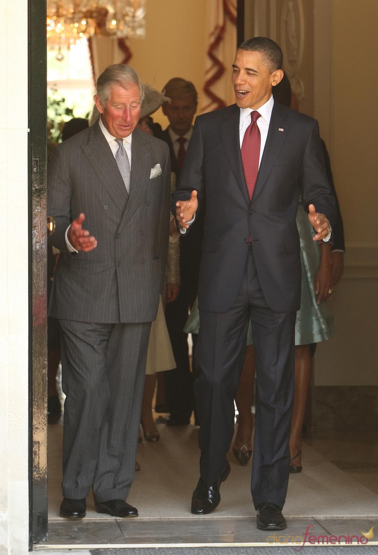 Barack Obama charla con Carlos de Inglaterra durante su visita a Londres
