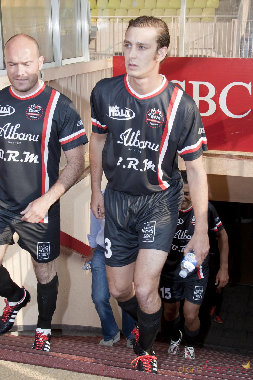 Pierre Casiraghi juega un partido de fútbol solidario en Mónaco