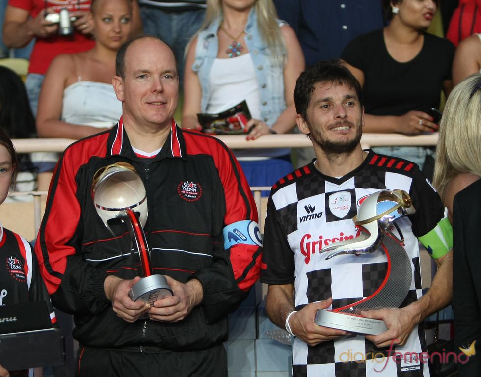 Giancarlo Fisichella juega un partido de fútbol solidario en Mónaco